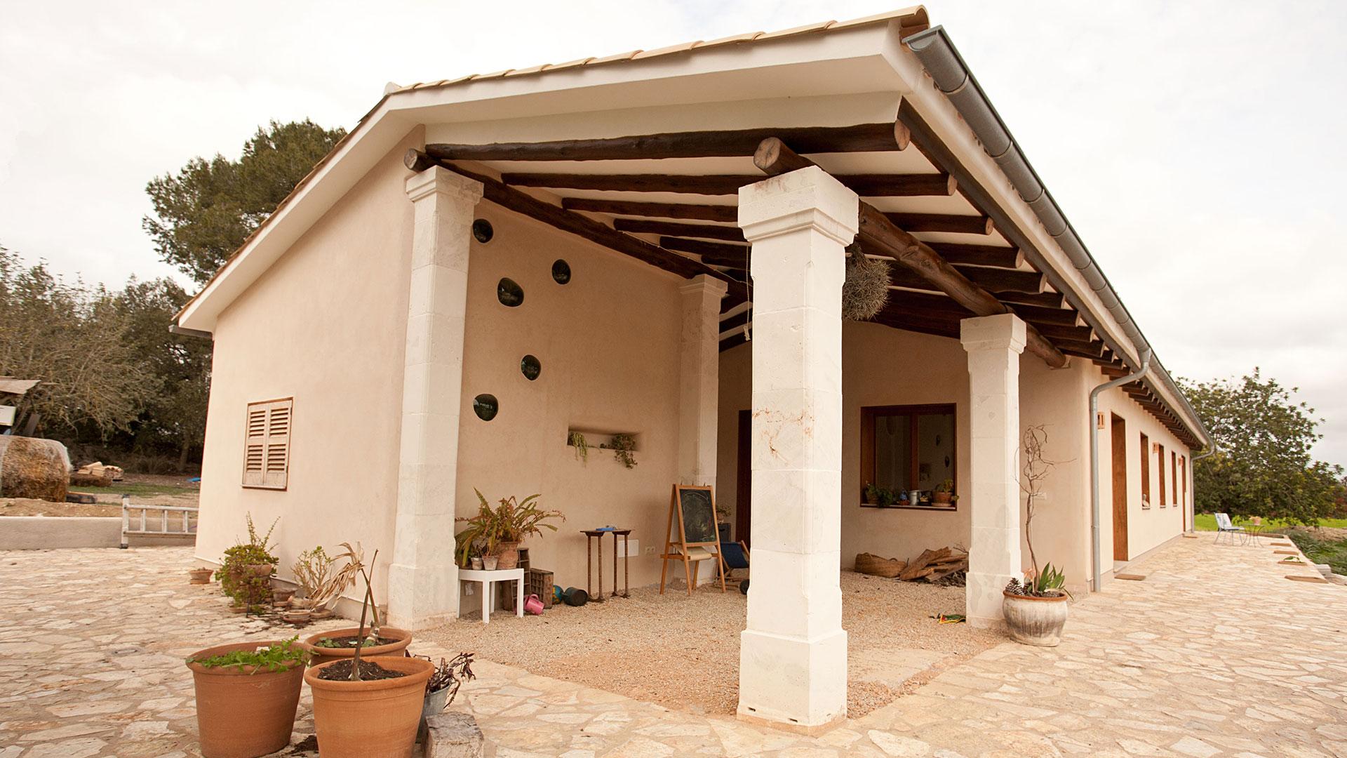 Rafael Sala -Arquitectura sostenible y saludable. Casas de paja, eficiencia energetica. Casa de paja en Porreras, Mallorca.