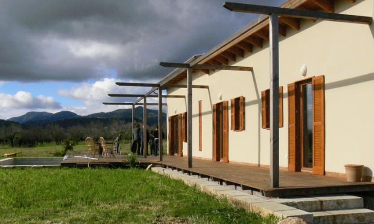 Vivienda de balas de paja y madera en Selva (2007)